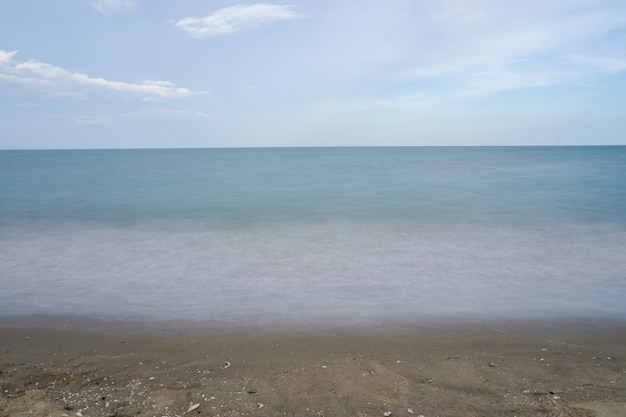 Por do sol sobre o mar em tailândia, dia bonito.