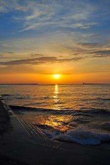 Pôr do sol sobre o mar em uma baía na cidade de sebastopol
