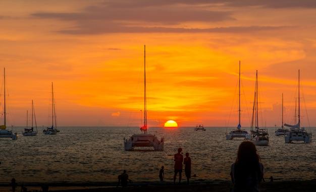 Pôr do sol sobre o mar na temporada de verão.