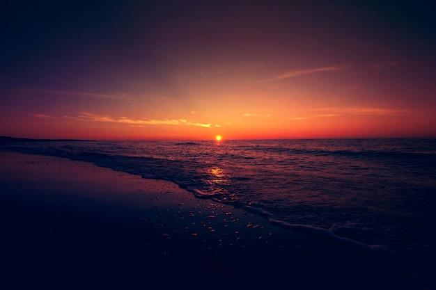 Pôr do sol sobre o mar.