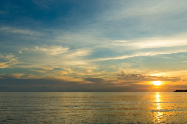 Pôr do sol sobre o mar