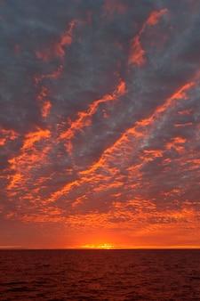 Pôr do sol sobre o oceano pacífico, ilha isabela, ilhas galápagos, equador