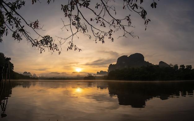Pôr do sol sobre o rio e a montanha