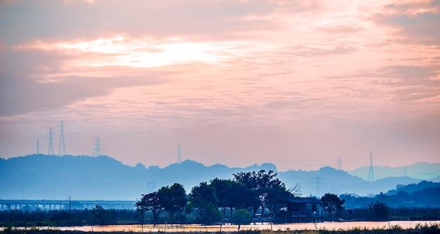 Pôr do sol sobre o rio vistula, wloclawek, polônia