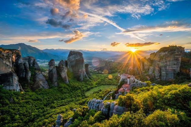 Pôr do sol sobre os mosteiros de meteora