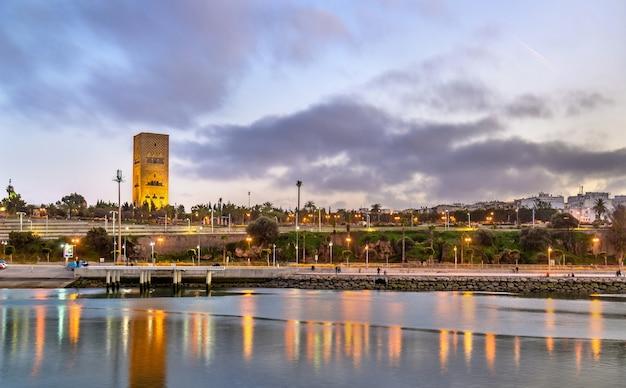Pôr do sol sobre rabat e o rio bou regreg em marrocos