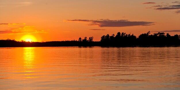 Pôr do sol, sobre, um, lago, lago, de, a, madeiras, ontário, canadá