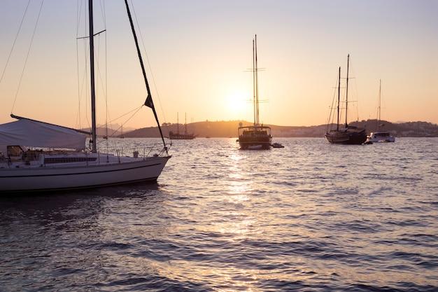 Pôr do sol sobre uma marina em bodrum