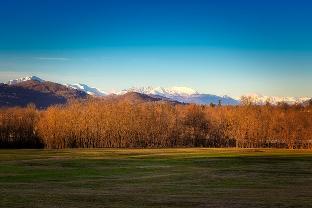Pôr do sol sobre uma paisagem alpina