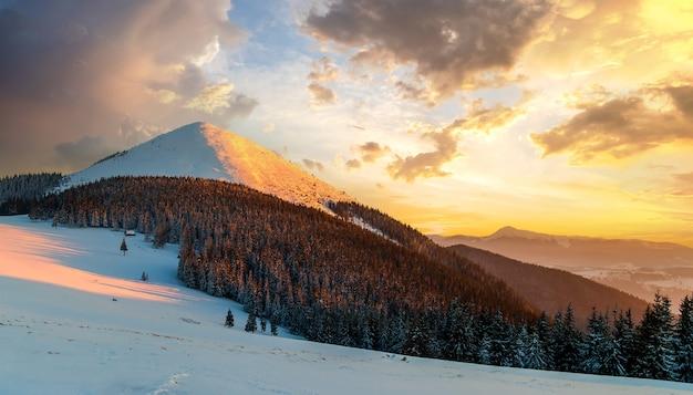 Pôr do sol suave nas montanhas cárpatos cobertas de neve de inverno