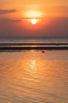 Por do sol tropical bonito da praia com fundo dourado das luzes, koh samui thailand