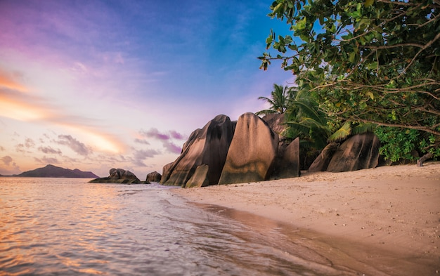 Pôr do sol tropical em frente ao oceano em uma bela ilha.