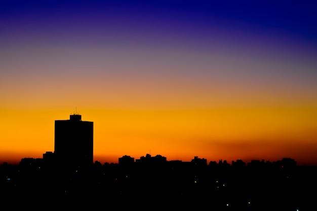 Por do sol urbano degrada na cidade