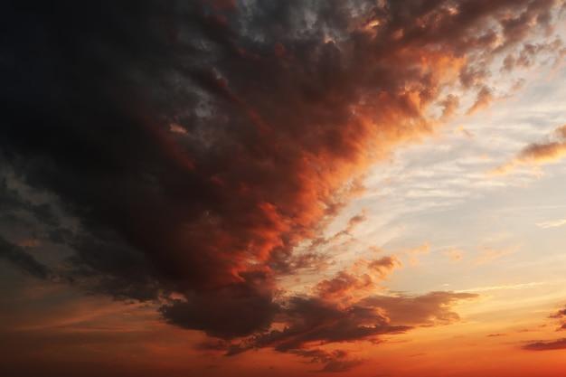 Pôr do sol vermelho com nuvens pesadas