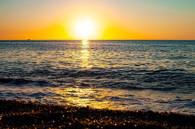 Pôr do sol vermelho sobre o mar. lindo pôr do sol. pôr do sol do mar tirreno na calábria, itália.