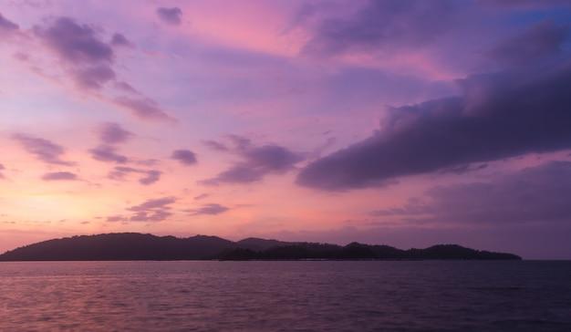 Por do sol violeta sobre o mar na reserva marinha