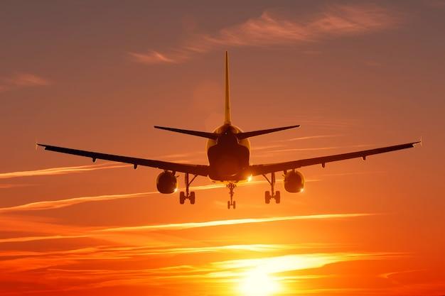 Por do sol vista cena welkin com silhueta de avião.