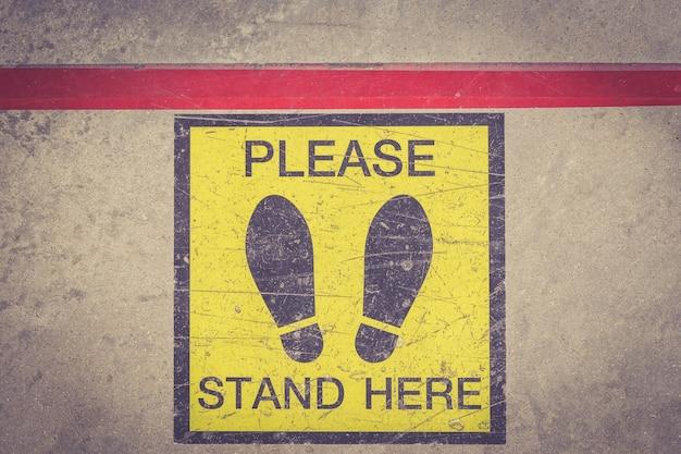 Por favor, esteja aqui pé sinal ou símbolo no chão, efeito de filtro retro