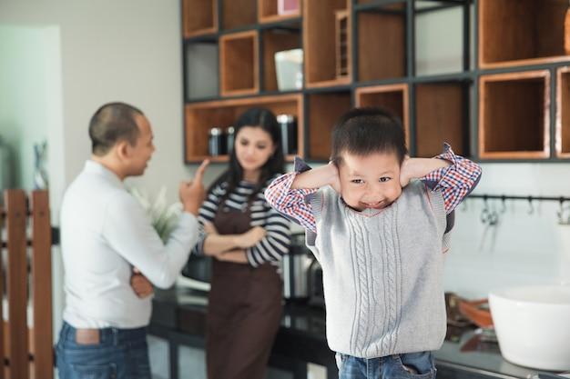 Por favor, pare de brigar com os pais ao fundo