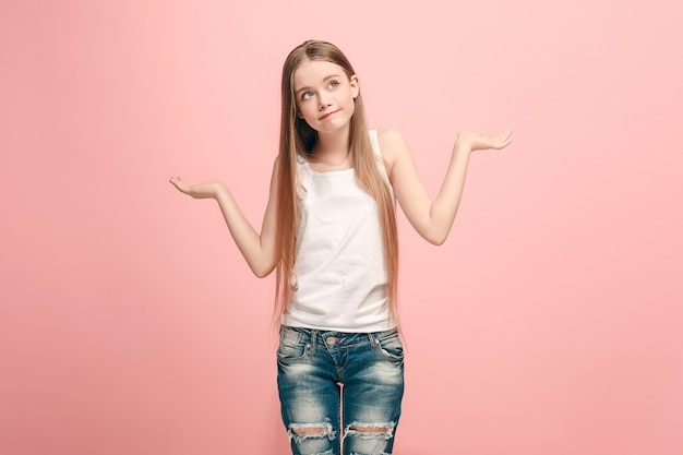 Por que é que. belo retrato feminino com metade do corpo na parede rosa na moda. jovem adolescente emocional surpresa, frustrada e desnorteada. emoções humanas, conceito de expressão facial.