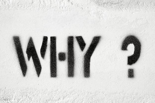 Por que perguntas estêncil texturizado imprimido na parede de tijolos brancos