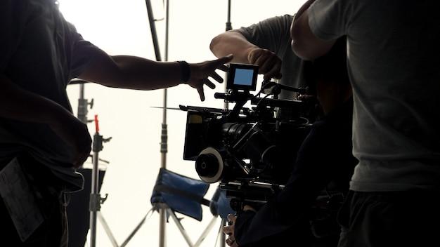 Por trás da câmera de vídeo que grava comercial online ou filme para web na grande produção do estúdio