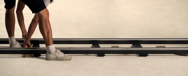 Por trás da cena da equipe de produção de vídeo ajustando a pista do dolly em estúdio com equipamento profissional.
