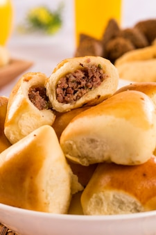 Porção brasileira de carne esfiha na mesa