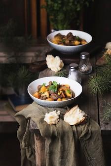 Porção da tradicional carne irlandesa e ensopado de cerveja guinness com cenouras, batatas e ervilhas