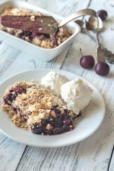 Porção de berry crumble com sorvete de baunilha