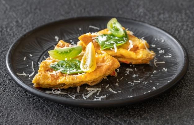 Porção de fritada com legumes e queijo