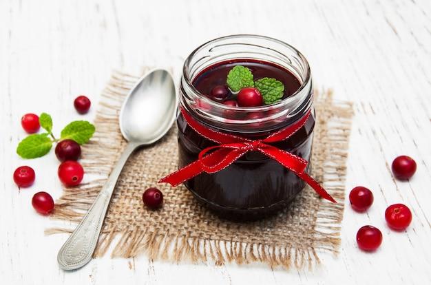 Porção de geléia de amora com frutas frescas