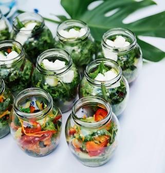 Porção de legumes frescos servidos festivos em uma mesa branca