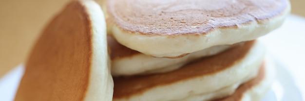 Porção de panquecas de farinha cozida deitada em um prato branco closeup
