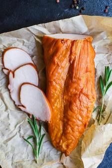 Porção de peito de carne defumada de frango ou peru