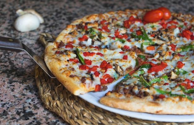 Porção de pizza de legumes