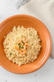 Porção de risoto guarnecido com camarão na tigela