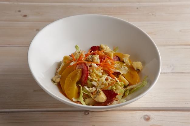 Porção de salada com bacon, repolho, tomate e queijo azul