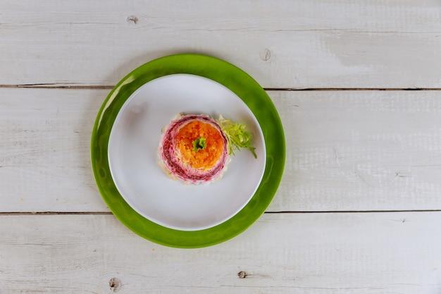 Porção de salada de legumes no prato branco