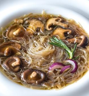 Porção de sopa de gengibre shiitake