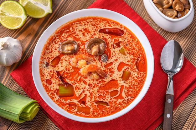 Porção de sopa de tom yum