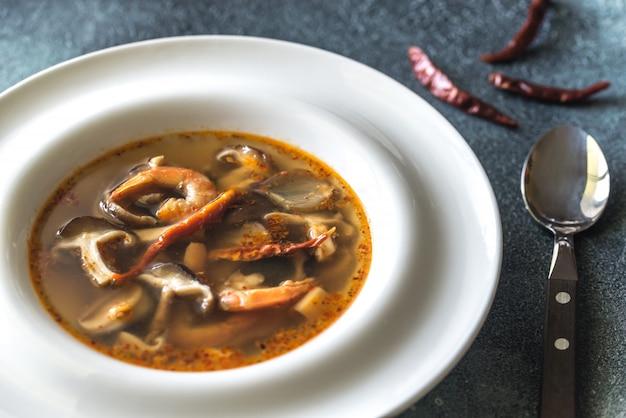 Porção de sopa tailandesa de tom yum