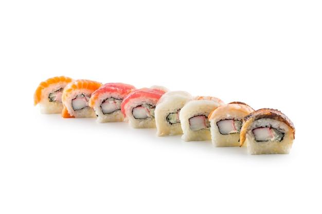 Porção de sushi uramaki isolado no fundo branco.
