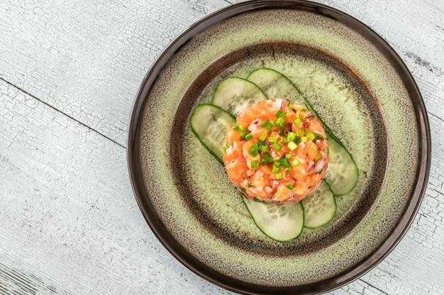 Porção de tártaro de salmão close up