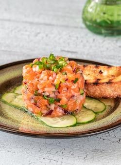 Porção de tártaro de salmão com ciabatta grelhado