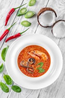 Porção de tom yum - famosa sopa tailandesa