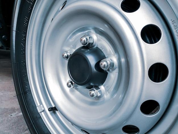Porcas cromadas da roda de aço em um carro