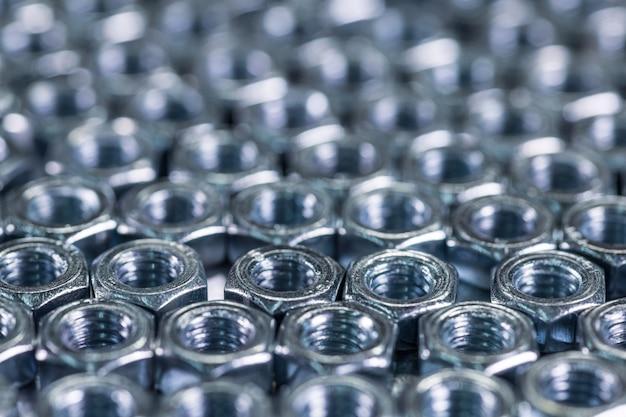 Porcas de metal cromadas de close-up em forma de favos de mel