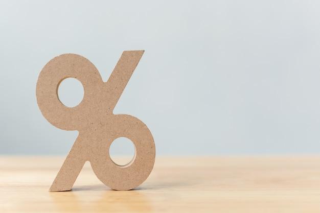 Porcentagem sinal símbolo ícone de madeira na mesa de madeira