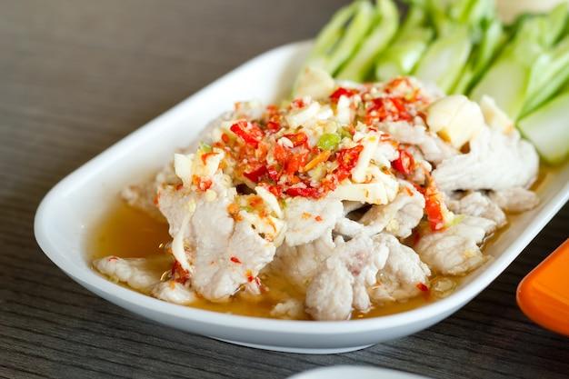 Porco à base de ervas com limão e estilo de comida tailandês.